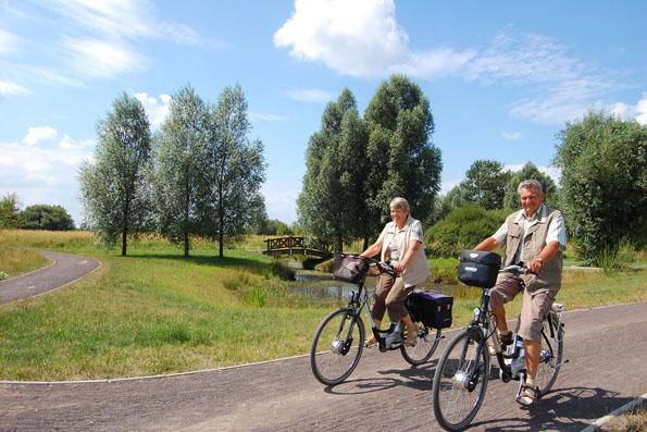 Auf dem mehr als 1.000 Kilometer langen Radwegenetz im südlichen Ostfriesland geht es ohne Steigungen mühelos vorwärts.