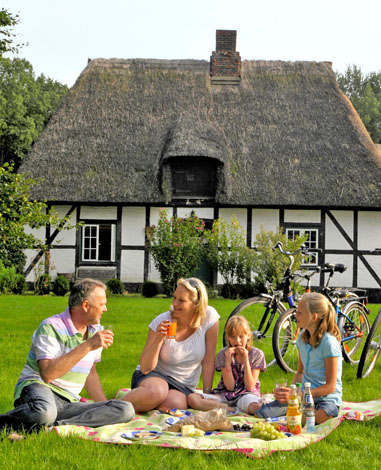 Erholung garantiert: Entlang der Ostsee finden Familien zahlreiche Möglichkeiten für Ausflüge und entspannende Ferien.
