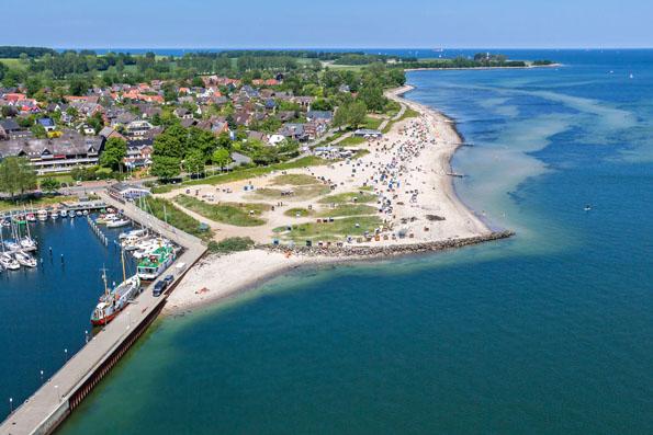 Kilometerweite Strände machen die Eckernförder Bucht zu einem beliebten Urlaubsziel für Familien. Auch Wassersportler kommen hier auf ihre Kosten.