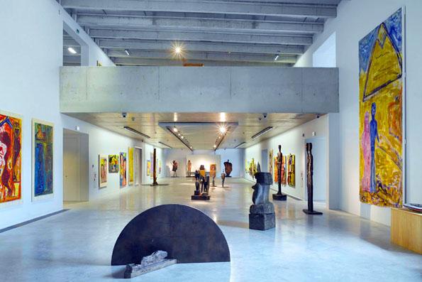 Die farbenfrohen Werke vom Ottobeurer Künstler Diether Kunerth sind im neu eröffneten Museum zu sehen. (Foto: djd)