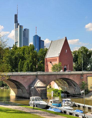 Schon von weitem ist Frankfurt am Main an seiner berühmten Skyline zu erkennen.