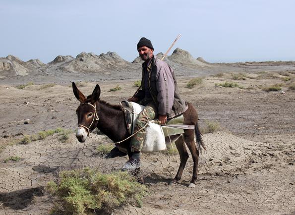 Aserbaidschaner auf einem Esel an den Schlammvulkanen von Daschgil. (Foto Karsten-Thilo Raab)