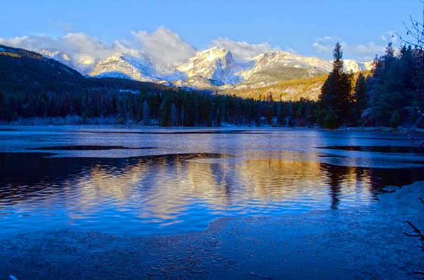 Auch im Winter eine Augenweide, der Sprague Lake im Rocky Mountain Nationalpark mit der Kontinentalscheide im Hintergrund.