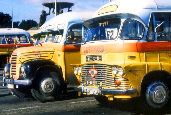 Wurden im Jahre 2011 aus Umwelt- und Sicherheitsgründen aus dem Verkehr gezogen: Die pittoresken Oldtimer-Busse auf Malta. (Foto Karsten-Thilo Rab)