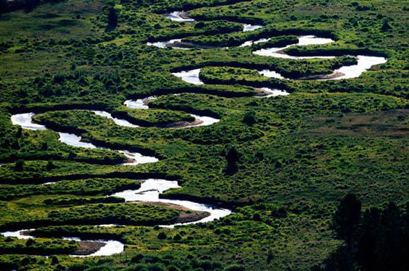 Ein Fluss sucht sich seinen Weg durch den Rocky Mountain Nationalpark.