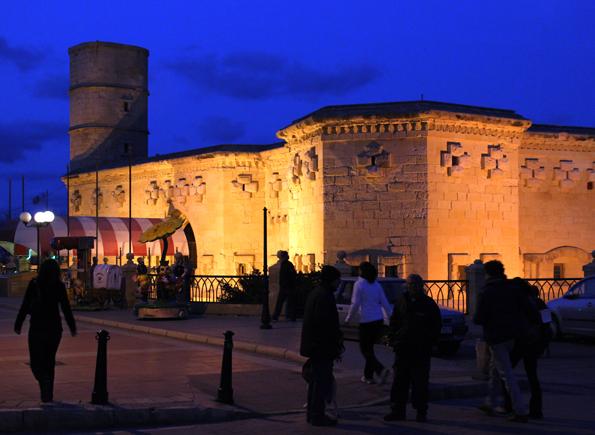 Abends prachtvoll illuminiert: das Il Fortizza in Sliema. (Foto Karsten-Thilo Raab)