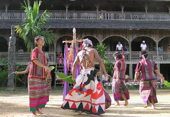 Auch traditionelle Tänze wie hier auf Kalimantan gehören in den verschiedenen Regionen Indonesiens zum Neujahrsfest dazu.