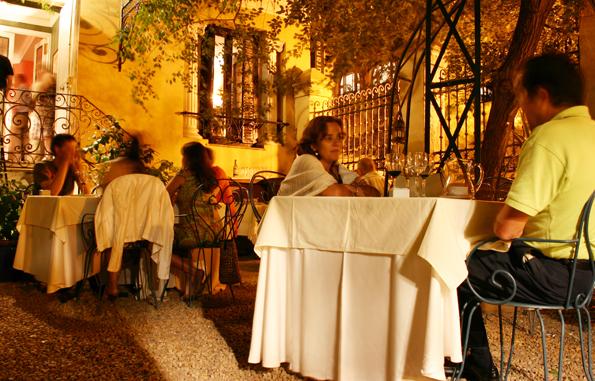 Wer auf die Opernklänge verzichten möchte, kann auch im Biergarten des La Favorita speisen. (Foto Karsten-Thilo Raab)