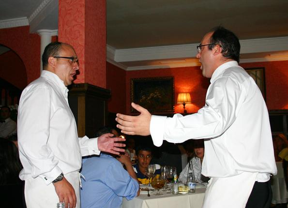 Gerne liefern sich die Kellner im La Favorita auch mal ein Gesangsduell. (Foto Karsten-Thilo Rab)