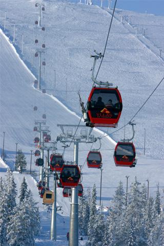 Auch von der Farbgebung unterschiedet ishc die Sauna-Gondel von den übrigen Gondel im Wintersportgebiet Yllästunturi.