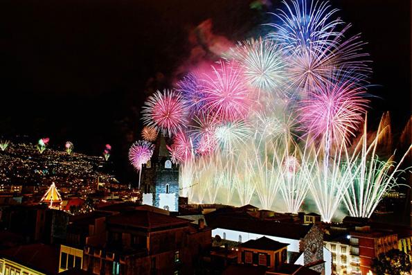 Mit einem rekordverdächtigen Feuierwerk begrüßen die Einwohner von Madeira das neue Jahr.