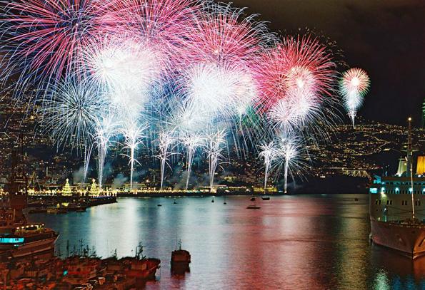 Vom Land und vom Wasser aus eine Augenweide: Das Feuerwerk auf der portugiesischen Insel Madeira. (Fotos Turismo de Portugal)
