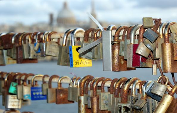 Mit Blick auf Valletta haben Liebende am Tigné Point eine Reihe an Liebssschlössern angebracht. (Foto Karsten-Thilo Raab)