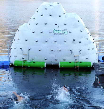 Die Teilnehmer müssen eine Schwimmstrecke von 50 Metern im eiskalten Wasser zurücklegen. (Fotos Achensee Tourismus)