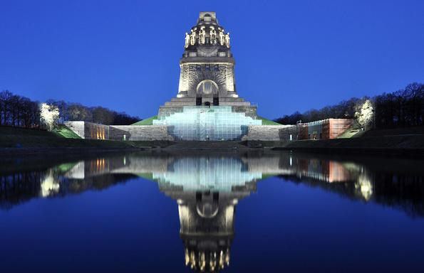 Nicht nur zur blauen Stunde ein Besuch wert: das Leipziger Völkerschlachtdenkmal.