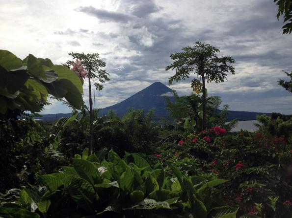 Fast von überasll auf der Insel sichtbar: der mächtige Vulkan . (Foto Aran Son)
