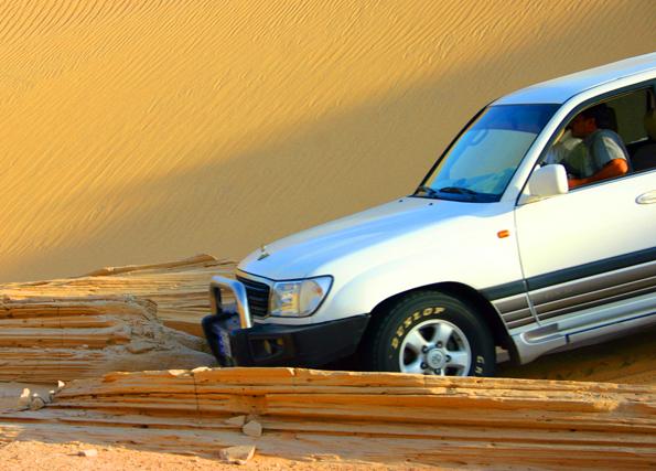 """Großer Spaß in der Wüste des Oman: das """"Dune Bashing"""" - das Herumfahren im Sand mit großen Off-Roadern. (Foto Karsten-Thilo Raab)"""