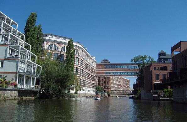 An der Weißen Elster findet sich in Höhe der ehemaligen Wollgarnfabrik ein spannende Mischung aus alter und neuer Architektur.