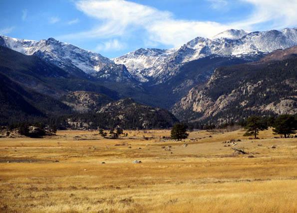 Weites Land und hohe Berge im Rocky Mountain Nationalpark