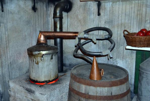 Viele Destillerien gewähren einen Einblick in die Herstellung von Whiskey.