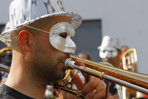 Begleitet wird der Umzug durch Funchal durch stimmungsvolle Musik. (Foto Udo Haafke)