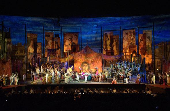Aufwendige Bühneninszenationen sind Teil der Aufführungen. (Foto Ennevi)