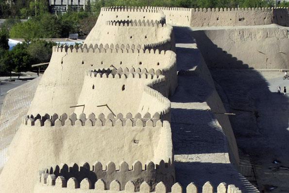 Wehrhaft und kunstvoll zugleich: Mauer in der Altstadt von Chiwa. (Foto: djd/thx)