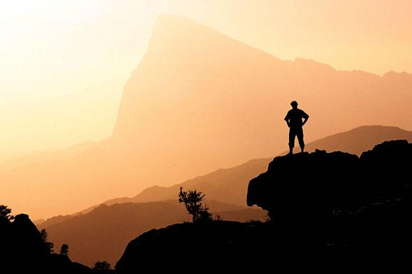 Bei einer Trekkingtour in den Bergen Omans kann man zur Ruhe kommen. (Foto: djd)