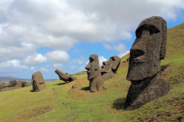 Weltbekannt sind die kolossalen Steinstatuen der Osterinsel, die Moai. (Foto Claudia Huldi/Pixelio)