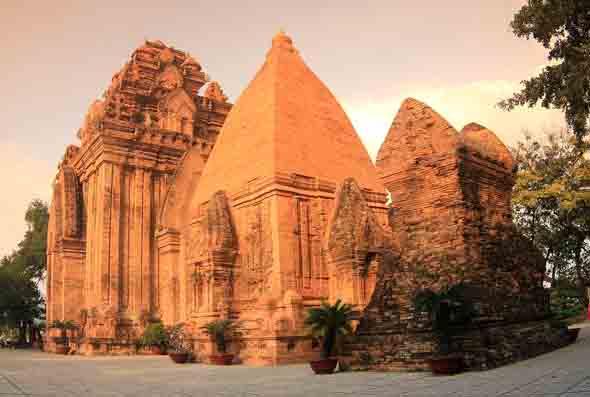 Neben der landschaftlichen Schönheit weiß Vietnam mit spektakulären Baudenkmälern und Landmarken wie hier in Nha Trang zu begeistern. (Foto Janusz Klosowski/Pixelio)