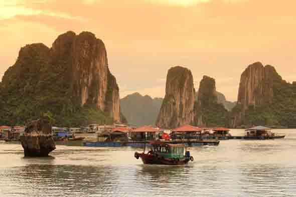 Die landschaftliche Schönheit und Vielfalt Vietnams - wie hier in der Halong-Bucht - sind überwältigend. (Foto Janusz Klosowski/pixelio.de)