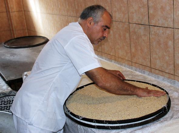 Süß, mächtig und sehr populär: Baklava, eine asrebaidschanische Spezialität, für die vor allem Sheji bekannt ist. (Foto Karsten-Thilo Raab)