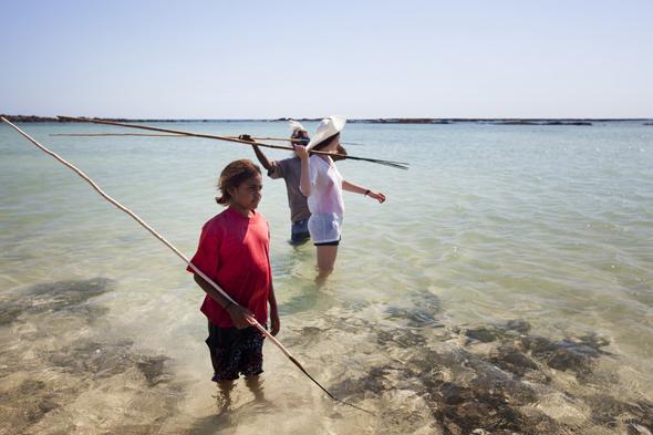 Gemeinsam mit den Aborigines geht es in Westaustralien mit dem Speer auf Krabbenfang. (Foto Tourism Australia)