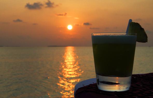So schmeckt die Karibik: ein erfrischender Cocktail   im Sonnenuntergang. (Foto Karsten-Thilo Raab)