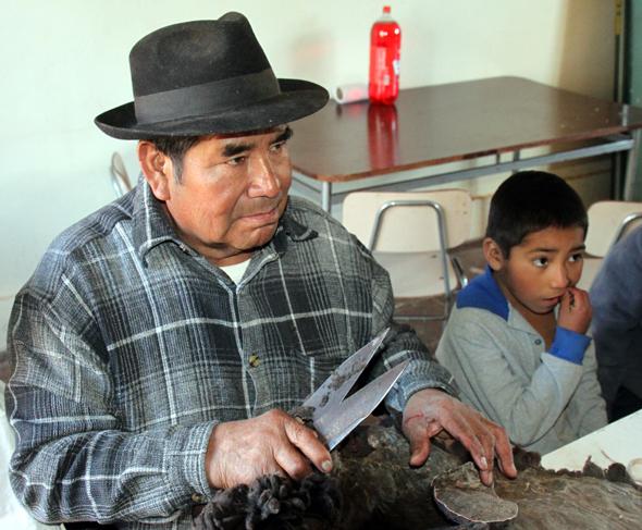 In vielen Teilen Chiles pflegen die indigen Bevölkerungsgruppen noch die traditionellen Handwerkstechniken.. (Foto Karsten-Thilo Raab)