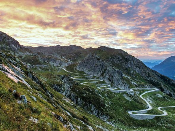 Die Schönheit der Schweiz - wie hier Sonnenaufgang auf dem St.Gotthard mit Sicht auf die neue Passstrasse und das Valle Leventina lässt sich auf der neuen Grand Tour im wahrsten Sinne des Wortes erfahren.