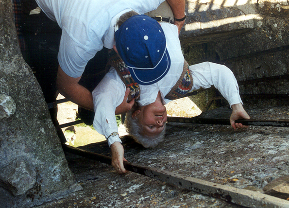 Die Verrenkungen am Blarney Stone sind keine Frage des Alters. (Foto Karsten-Thilo Raab)