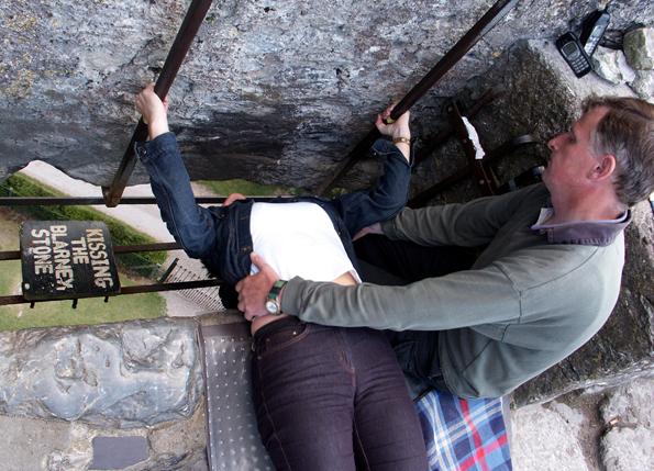 Um den Blarney Stone zu küssen, bedarf es einer kleiner artistischen Einlage. (Foto Karsten-Thilo Raab)
