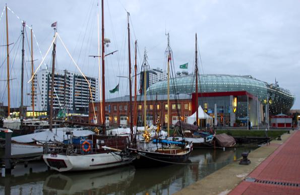 Direkt am Hafen gelegen: das faszinierende Klimahaus in Bremerhaven. (Foto Ulrike Katrin Peters)