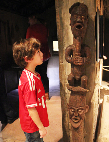 Nicht nur fremdartige Skulpturen lassen sich im Klimahaus von den kleinen Besuchern bestaunen. (Foto Ulrike Katrin Peters)