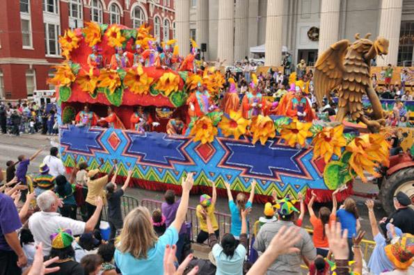 Von den Massen umjubelt sind die Floats, die bunten Karnevalswagen. (Foto NO CVB)