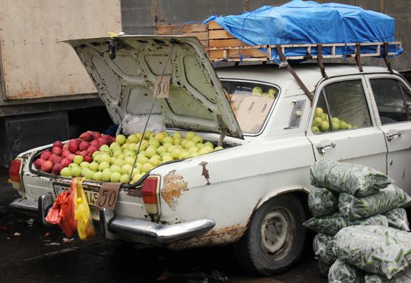 Frisches Obst gibt es in Aserbaidschan an nahezu jeder Straßenecke. Da dient auch schon mal der Kofferraum als Verkaufsraum. (Foto Karsten-Thilo Raab)