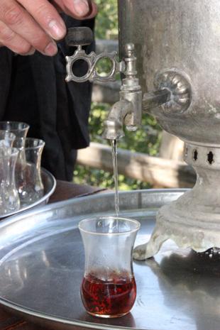 Tee wird in Aserbaidschan oft stilecht im Samovar zubereitet. (Foto Karsten-Thilo Rab)