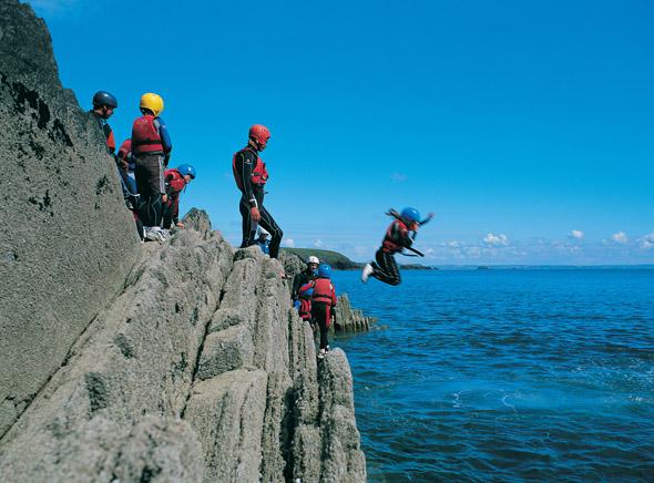 Beliebter Trendsport an der walisischen Küste: das Coasteering. (Foto Visit Britain)