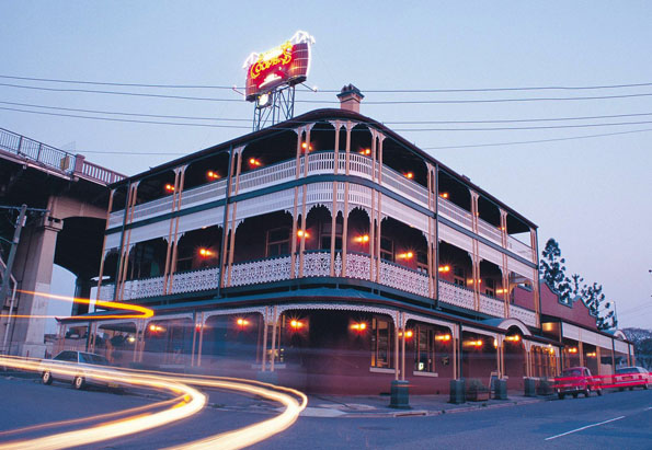Die Wettkampfarena für die sportlichen Kakerlaken: das Story Bridge Hotel in Brisbane.