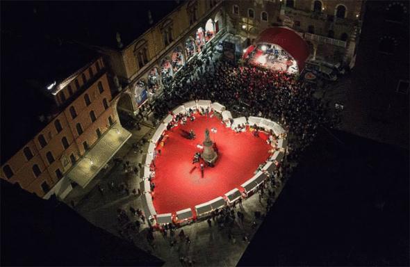 Auf der Piazza dei Signori befindet sich das Cuore da Scoprire als Herz angeordnete und charmant bestückte Marktstände mit themenorientierten Geschenkkreationen rund um das Thema Verona in Love.  (foto ENIT)