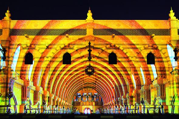 Die markantesten Bauewerke von Sharjah werden im Rahmen des Festivals prachtvoll illuminiert.