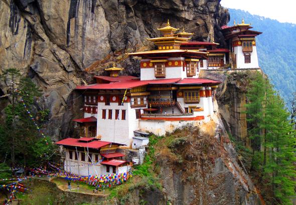 """Eine der berühmtesten Landmarken in Bhutan: das Taktshang, das """"Tigernest"""". (Foto Qayyaq/Pixelio)"""