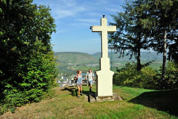 """Der Moselsteig-Seitensprung """"Extratour Zitronenkrämerkreuz"""" verläuft auf 20 Kilometern um die Orte Mehring, Pölich, Schleich und Ensch. (Foto: djd)"""
