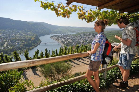 "Traumhafte Aussichten erwarten Wanderer auf dem Moselsteig-Seitensprung ""Extratour Zitronenkrämerkreuz"". (Foto: djd)"